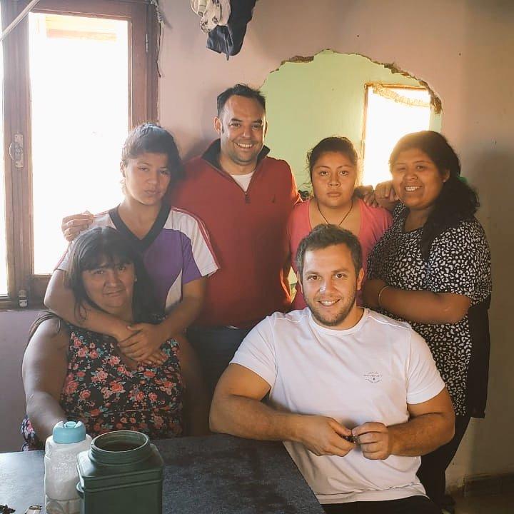 Compartimos unos mates junto a María y algunas de las mujeres de #Trevelin, que acompañan a #JuntosParaChubut 💪 Gracias a los vecinos del barrio Promeba por recibirnos y sumarse a #ChubutAlFrente! https://t.co/Izp8q1o4l1