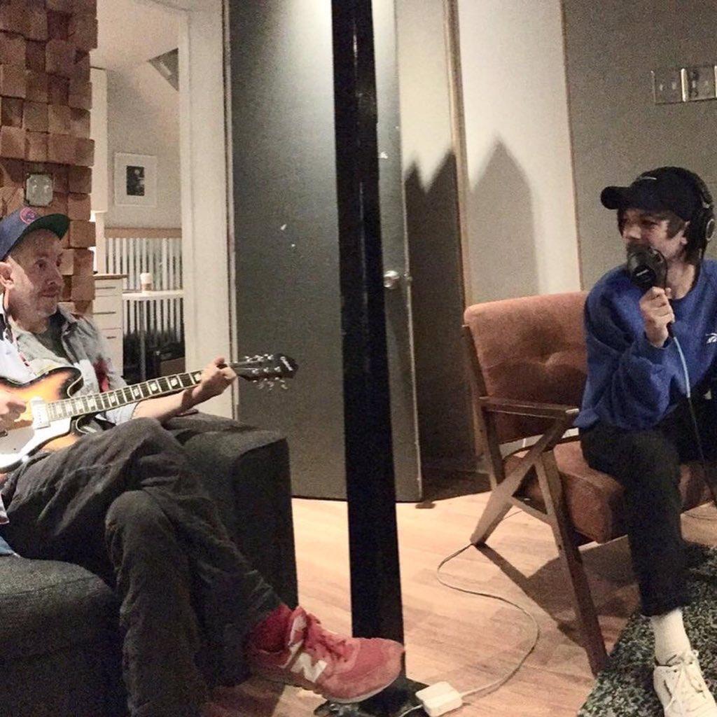 Sam Hollander é um produtor e compositor que já trabalhou com Weezer, All Time Low, Good Charlotte, Gym Class Heroes. Ele é um dos compositores de Rock Me do One Direction e seu último trabalho foi High Hopes do Panic! at The Disco.   ©️ LouisWTNews