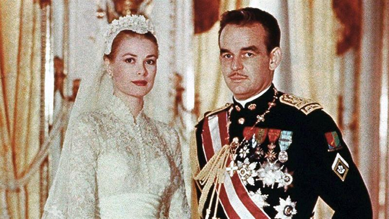 Even more than 60 years later, it's easy to see why #GraceKelly and #PrinceRainierIII's wedding will never get old. http://ahwd.tv/0FytxVpic.twitter.com/4VA999JKGl