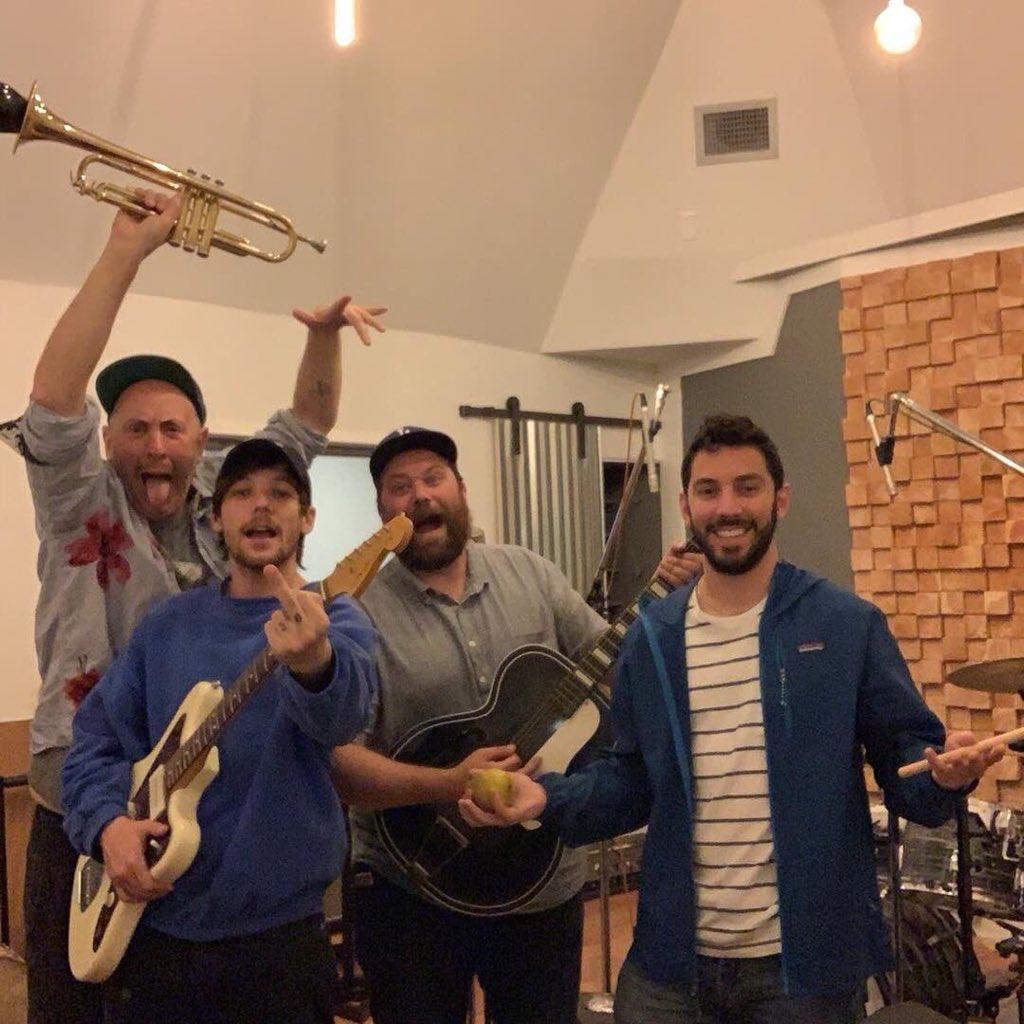 Os homens na foto postada pelo Louis são Sam Hollander, Tim Pagnotta (compositor), e Brian Phillips (produtor).