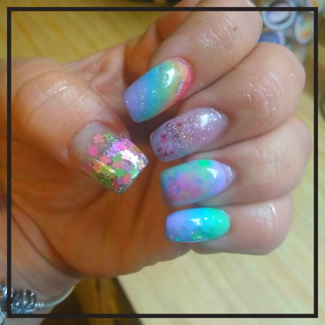 #Rainbownails and Summer Days! #acryliccolors #rainbow #marblenails #encapsulatedflowers #driedflower #glitter #passion