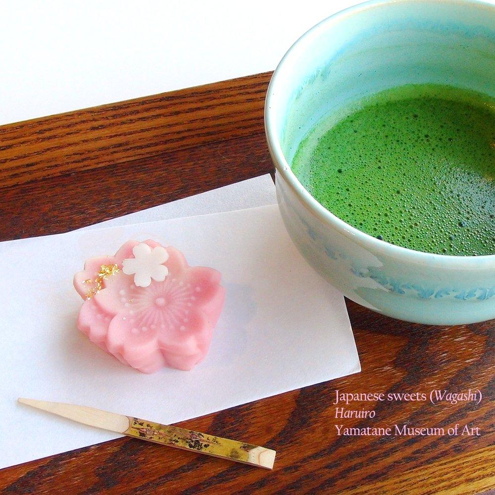 横山大観《山桜》(山種美術館)をモティーフにした「花のいろ」。山桜を好んで描いた大観。和菓子は、重なり合う花で満開の様子を表現しました。杏入りの練切りの色が春らしく、味わい深いこしあんも人気です。(山崎) https://t.co/hzaXpZb9dX