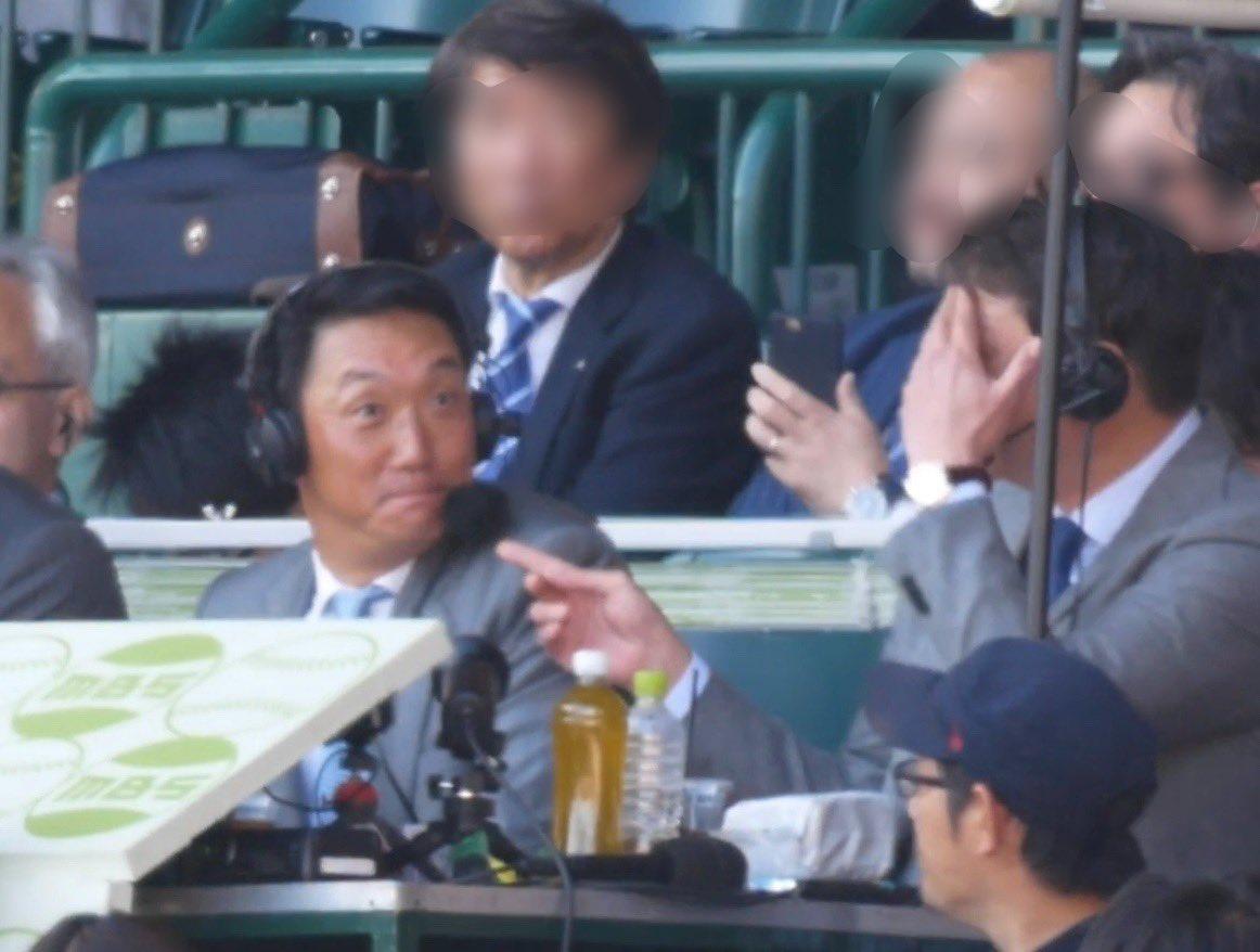新井貴浩さんの顔にジェット風船が直撃し金本知憲さんが笑っている画像