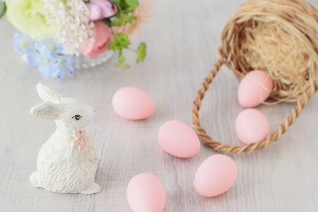 イースター風アレンジに使うアイテムは、  🐣たまご 🐰うさぎ 🐦鳥の巣、鳥の羽  など。パステルカラーでまとめると、春らしくイースターの雰囲気が出ますね。