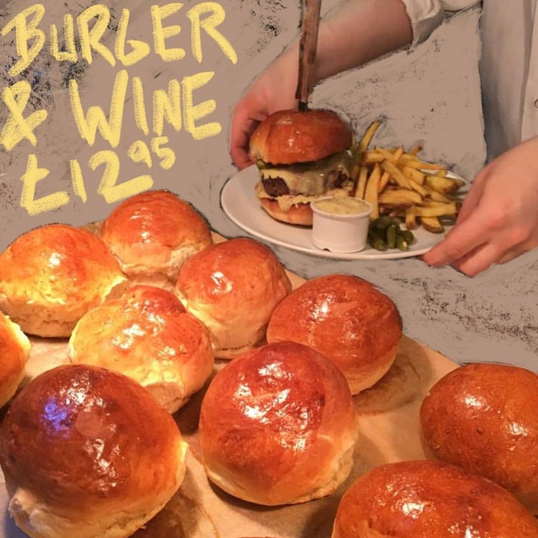 Scottish bavette burger, chips, home made brioche and a matching glass of Montsant wine for £12.95 🍔🍷Every Saturday lunch  at Vinoteca Marylebone, right behind Marble Arch station and Oxford Street. Book now or just pop in #burger #chips #wine #londonburger @portmanmarylebone