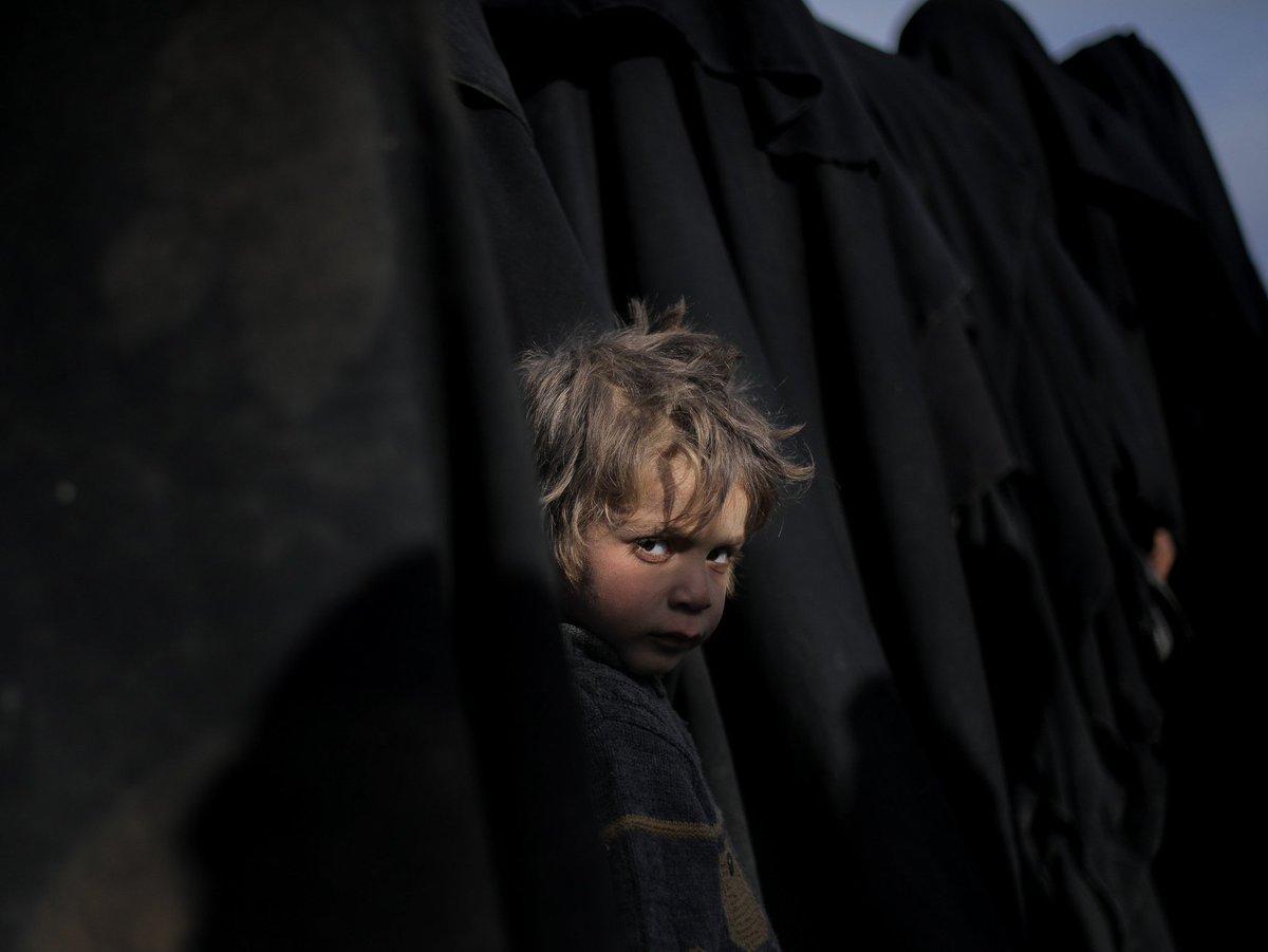 1. Suele ser así. Las hostias más grandes las dan las miradas de los más pequeños. Como la de un niño evacuado del último bastión de ISIS, Baghouz. Foto Rodi Said. Un breve hilo con otras miradas.