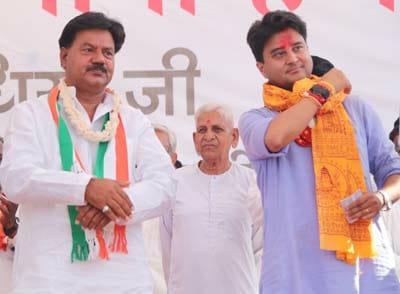 भिंड के कद्दावर नेता पूर्व मंत्री राकेश चौधरी जी ने आज कांग्रेस के राष्ट्रीय महासचिव सांसद श्री ज्योतिरादित्य सिंधिया जी के समक्ष कांग्रेस की सदस्यता ग्रहण की।