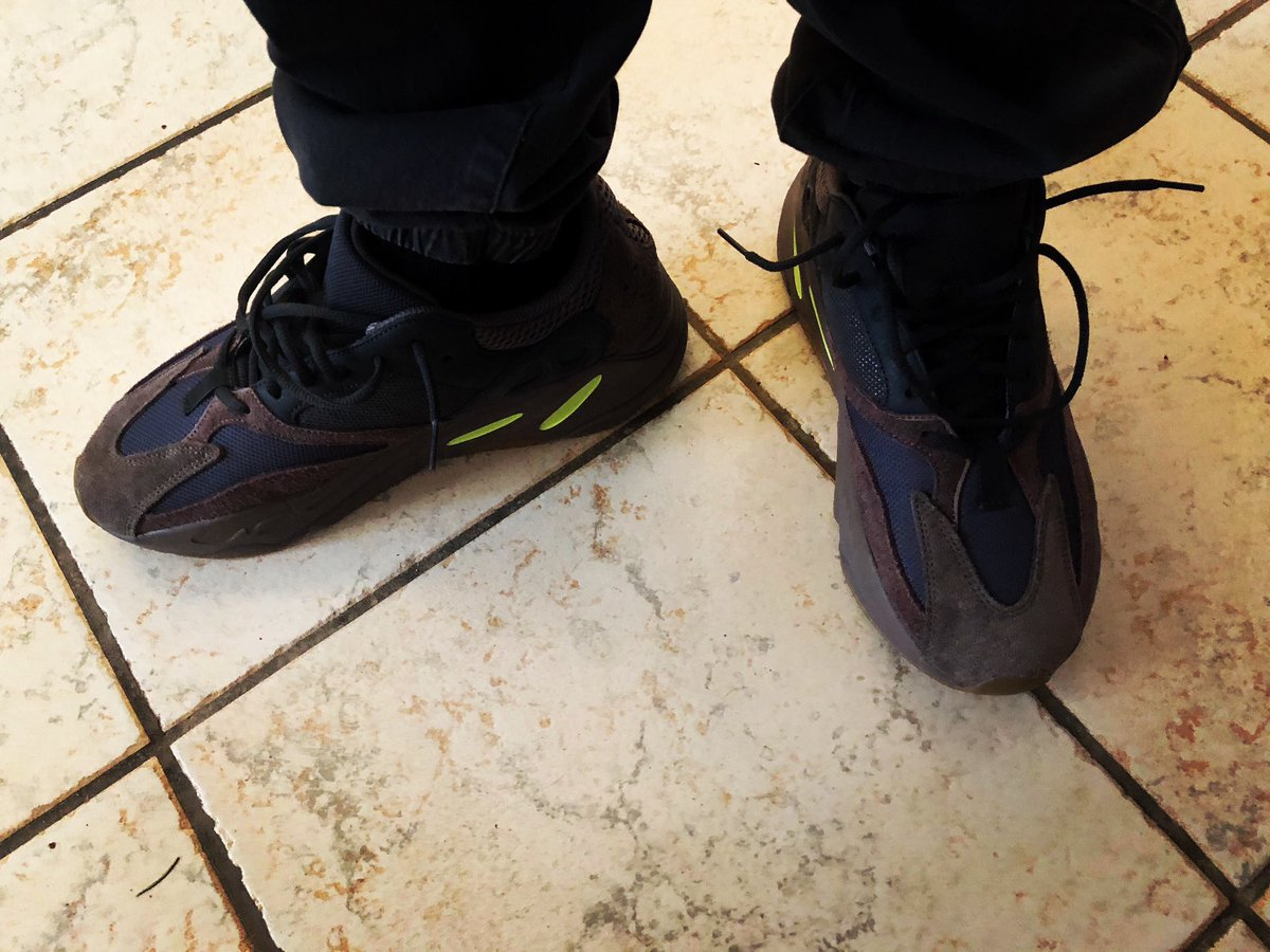 Happy 420 everyone get right and have a nice day! Hopefully with it being 420 and the weather is beautiful everyone can get along! #Happy420 #Chicago #YEEZY700 https://t.co/cWifKVqkaT