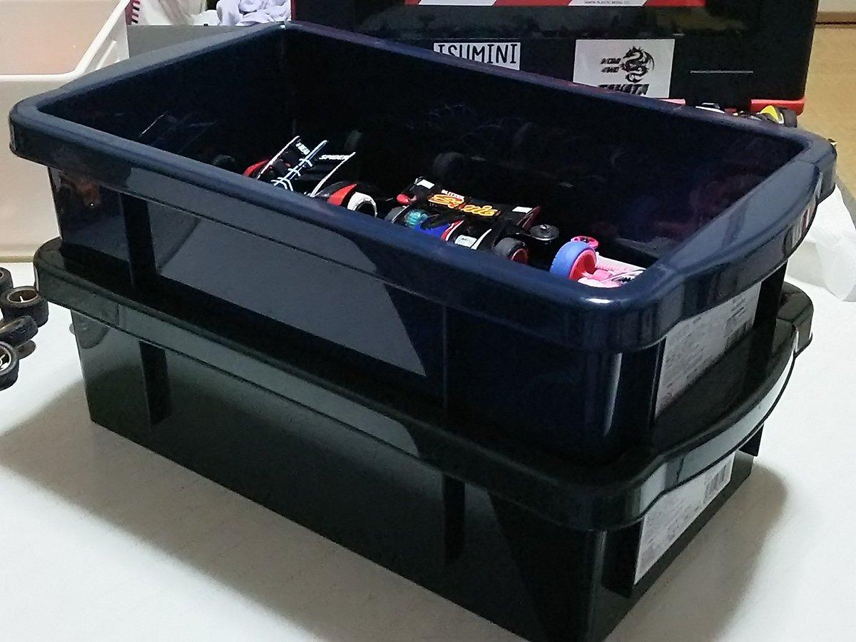 test ツイッターメディア - ダイソーで買ってみたコンテナボックス、素組みならなんとか3台しまえる。  積み重ね出来るので、素組みレンタルマシンとかたくさん所持をしている人にはいいかもね♪ (ボックスの色が絶妙なのばかりだけど)  #mini4wd #ダイソー #100均 https://t.co/LhLVuAc5dv