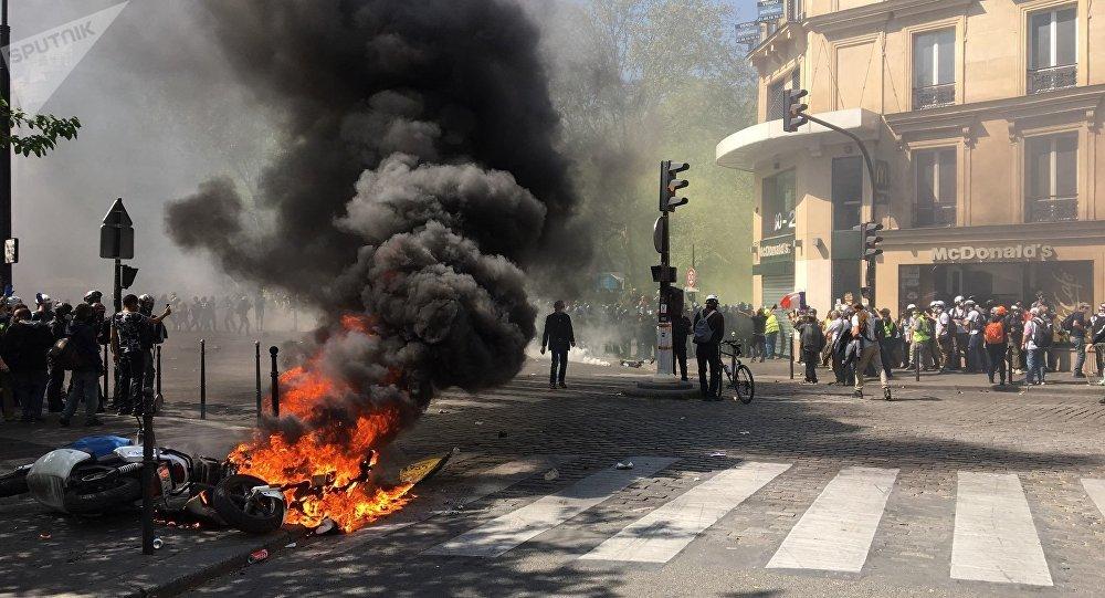 La manifestation des #Giletsjaunes dégénère avec notamment des motos incendiées http://sptnkne.ws/mnUW     #Acte23 #ActeXXIII #20Avril