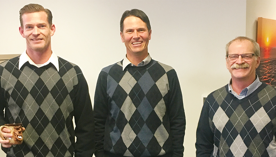 Have you ever come to work dressed the same as someone else?! 👔 👗 These #AssociatesOfAO did! #NationalLookAlikeDay