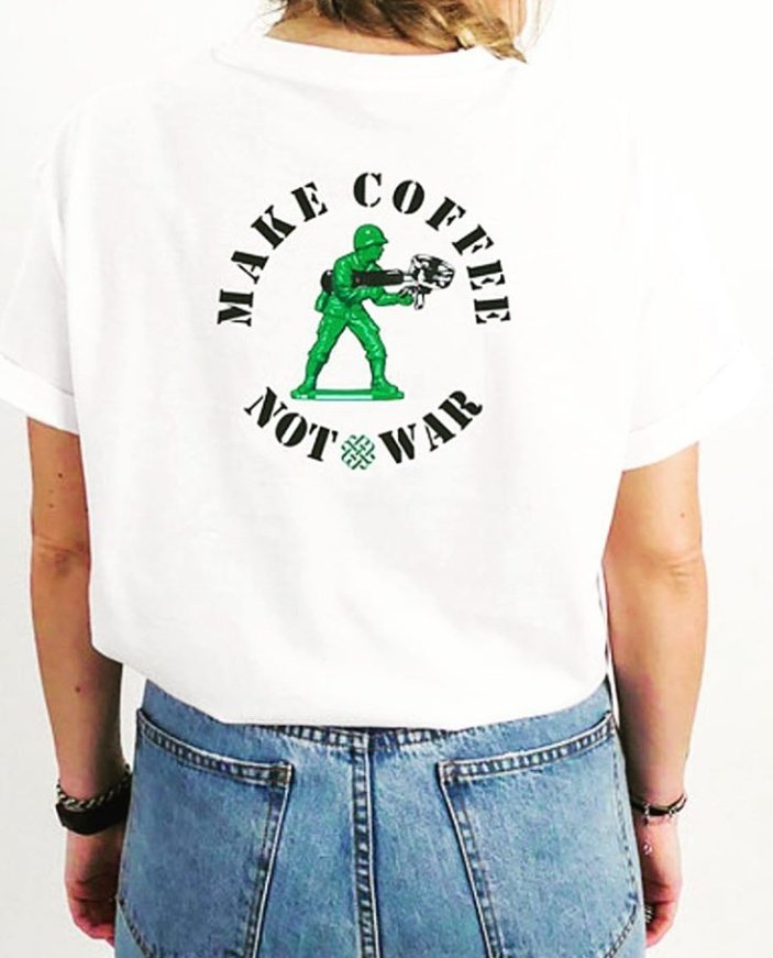 #FelizSábado En la sobremesa de hoy, ¿qué tal si hacemos café y no la guerra?. Desde @ShareACoffeeFor ayudamos con tu #cafevirtual a ONGs de rescate que salvan vidas, y a ONGs que atienden necesidades en campos de refugiados. #refugeesGr  ¿Ayudas? 💙☕ ⬇️ http://Acoffeeforrefugees.org