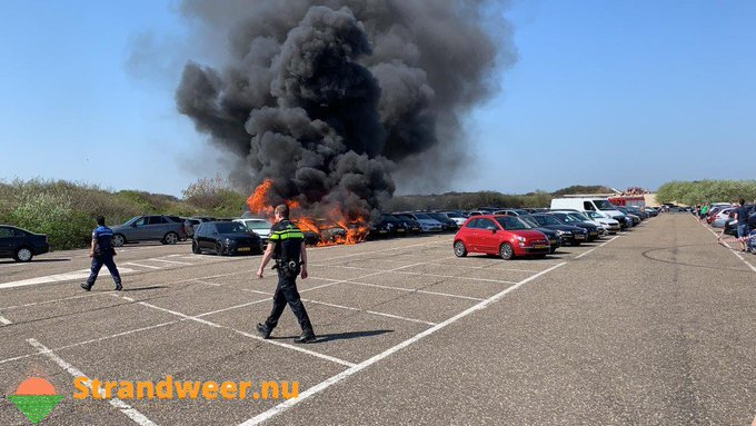Flinke autobrand in badplaats Hoek van Holland https://t.co/vnXlaUdPv8 … https://t.co/7eDbocSdOG