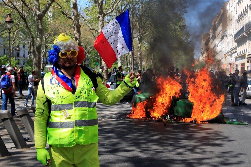"""""""En cuanto a Notre Dame, es bueno que los multimillonarios hayan logrado conseguir mil millones de euros, pero 140.000 personas sin hogar ¡al mundo le importa un bledo!"""", escribieron los organizadores  EN VIVO: https://es.rt.com/6oyc"""