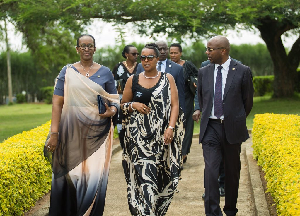 Today in @NyanzaDistrict, @FirstLadyRwanda  honours the last Queen of Rwanda Rosalie Gicanda, killed on this day during the 1994 Genocide Against the Tutsi. The commemmorative event brought together her relatives, as well as residents of Nyanza District #Kwibuka25