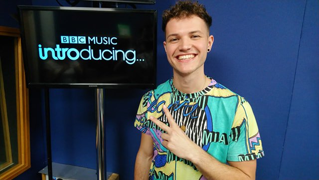 Look who's popped in for a chat - @jakewarnermusic is bringing the summer vibes to #BBCintroducing right now and he's got exclusive new track for you too!  http://intro.tips/