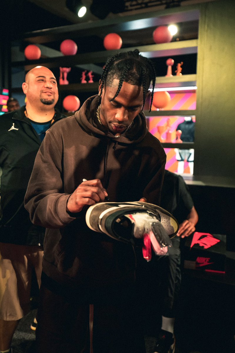.@trvisXX surprised @JordanClassic with his Air Jordan 1. All pairs signed.  <br>http://pic.twitter.com/umLZ1oEqbt