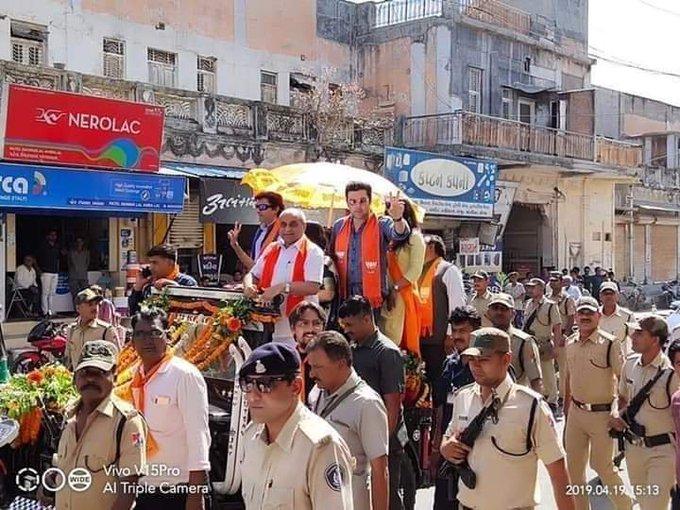 गुजरात में मोदी जी की भयंकर लहर चल रही है, उप मुख्यमंत्री के रोड शो में शामिल हुए 600 करोड़ भारतीय।लू को ही मोदी लहर कहते है क्या? वैसे झूठ बोलो तो बड़ा बोलो मोदी जी तरह