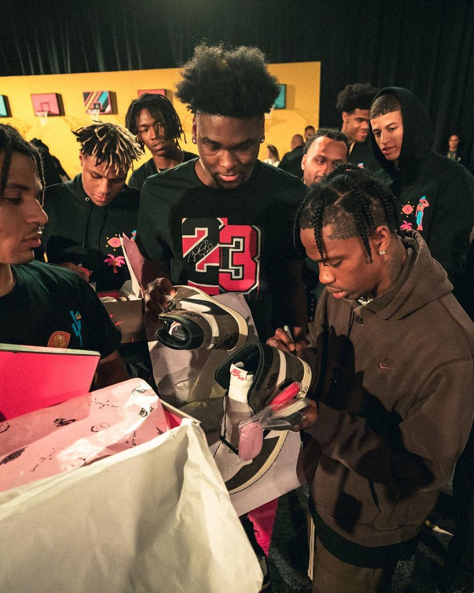 .@trvisXX came through to the @JordanClassic and hooked up players with signed pairs of his @Jumpman23 Air Jordan 1 <br>http://pic.twitter.com/9KvE8fIUjo