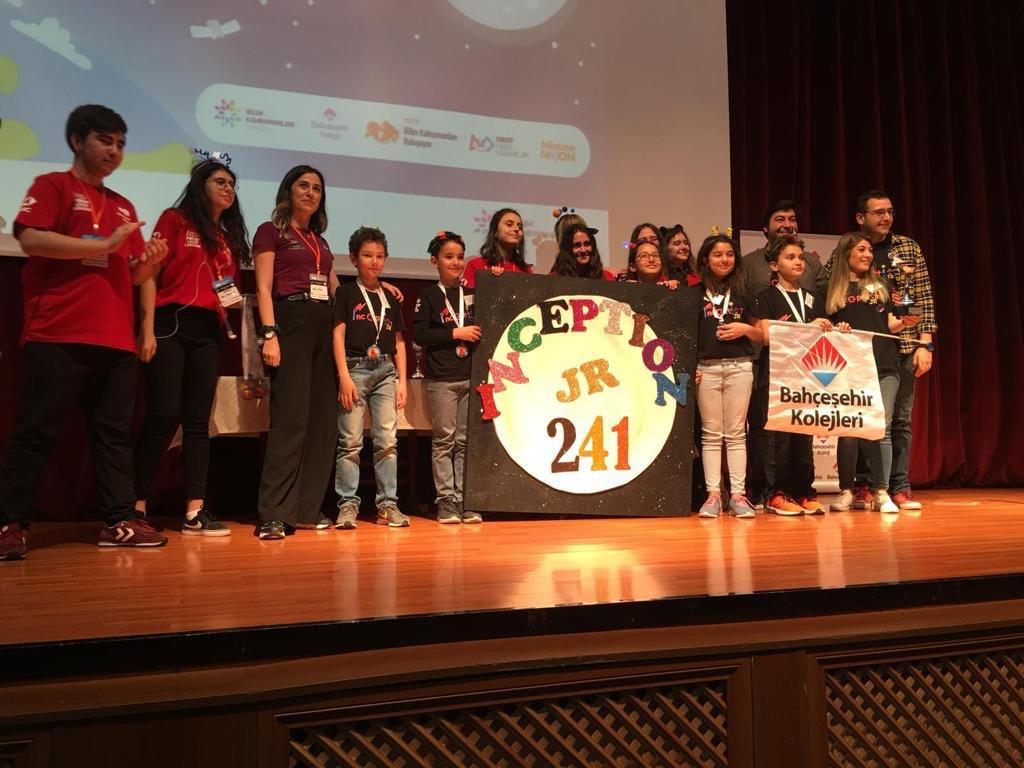 """İlkokul Robotik Takımı öğrencilerimizin Fırst Lego Language Jr. """"Görevimiz Ay"""" temalı yarışması için tasarladıkları model Yaratıcı düşünceleri ile Mükemmel Tasarım ve Kaliteli Bileşenler'den İnşa edilmiş Ay Üssü olarak nitelendirilerek """"Kaya Gibi Sağlam Tasarım Ödülü""""nü aldı.👏👏"""
