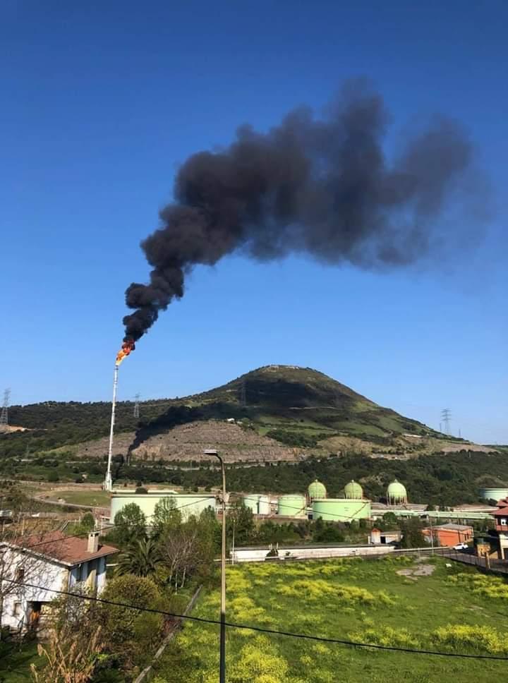 Petronor mostrando a los turistas su poderío.... y todo cumple la normativa medioambiental,  dicen.  @MeatzBizirik