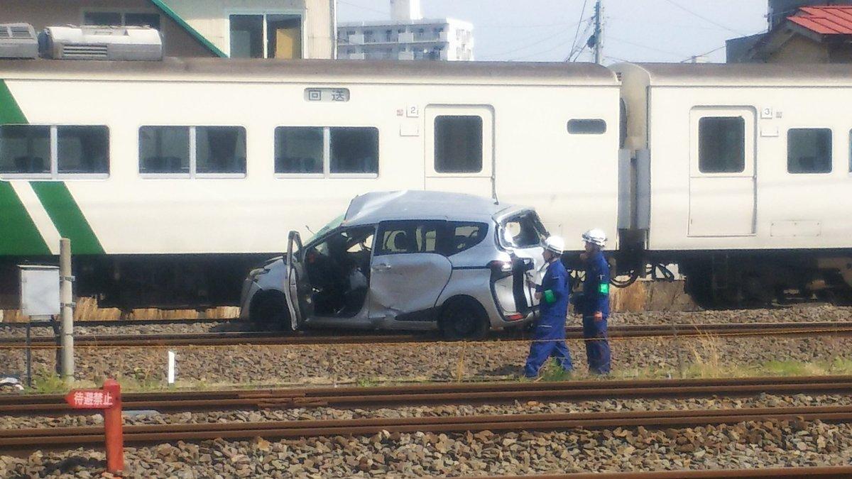 東海道線で電車と車が衝突する踏切事故の現場画像