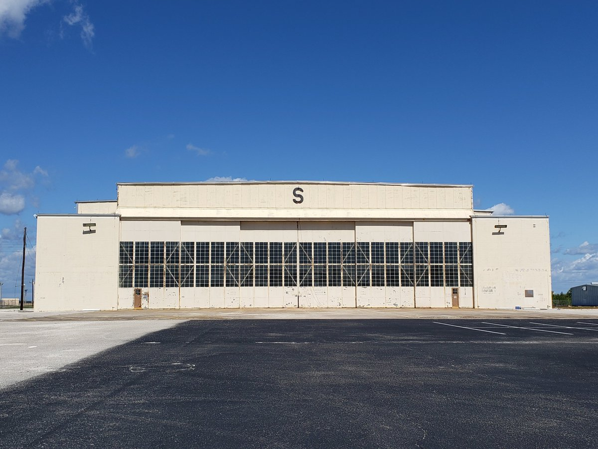 This morning I grabbed a rare photo of Hangar S with no cars in the foreground. This hangar is special to me because it was recently saved from the decommissioned to be torn down list. My understanding is that Jeff Bezos, a fan of space history, now has the keys. <br>http://pic.twitter.com/YSjke7Osip