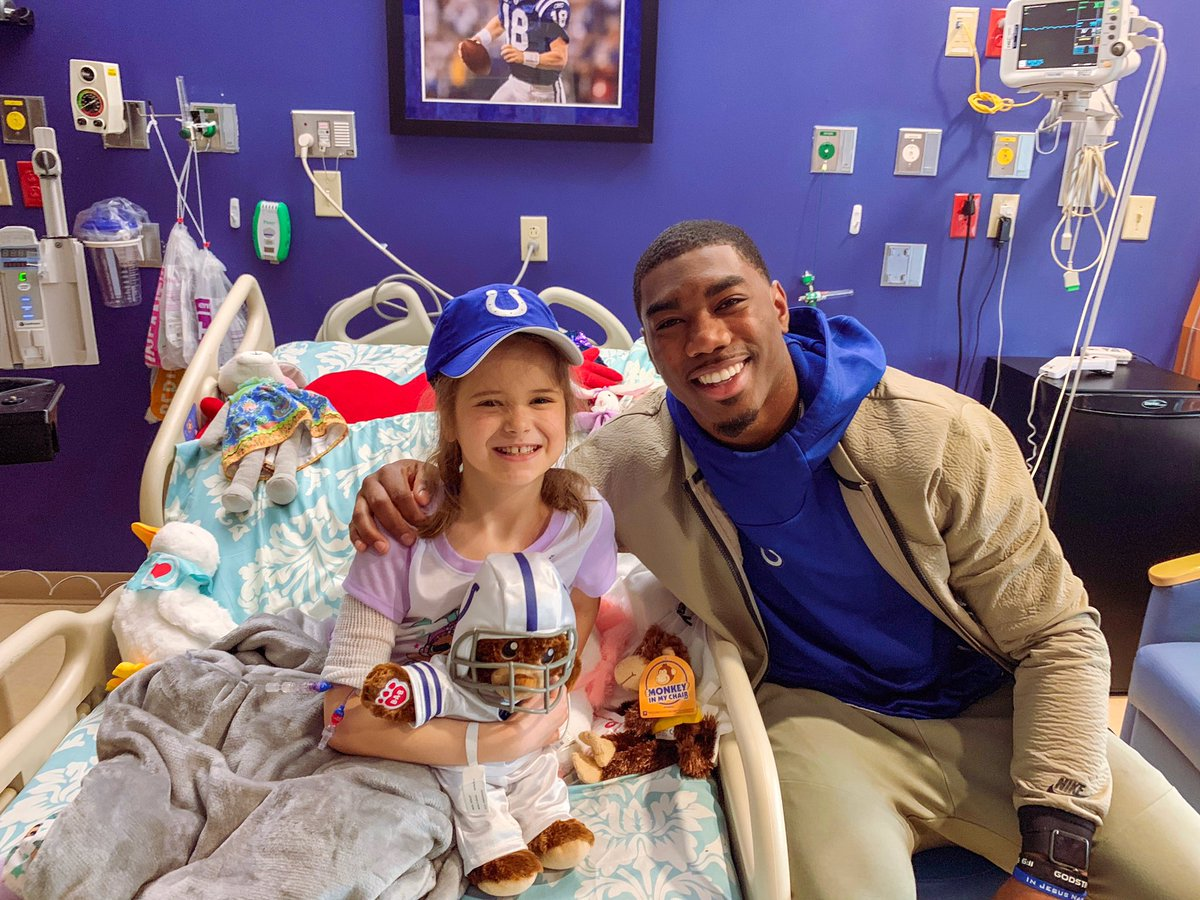 Colts LB @AhmadThomas13 spent his Saturday visiting with Violet, an 8 year old recently diagnosed with Leukemia #HeartoftheHorseshoe 💙