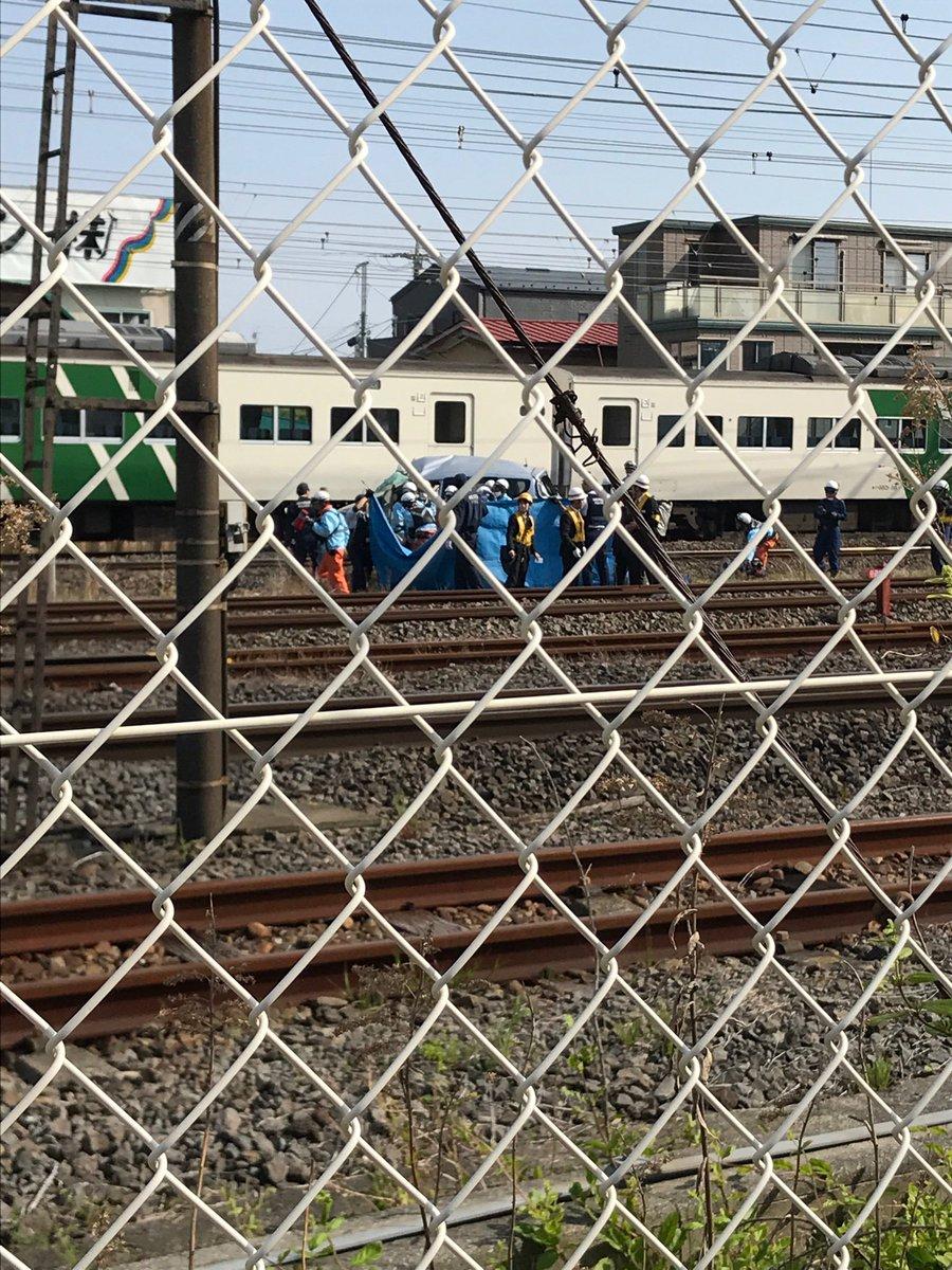 東海道線の平塚駅付近の踏切で回送電車と車が衝突し男性が死亡した事故現場の画像