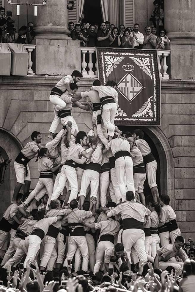 Viendo lo visto esta semana con las burradas de Semana Santa en Andalucía, aprendan un poco de esto: el beso en els castellers