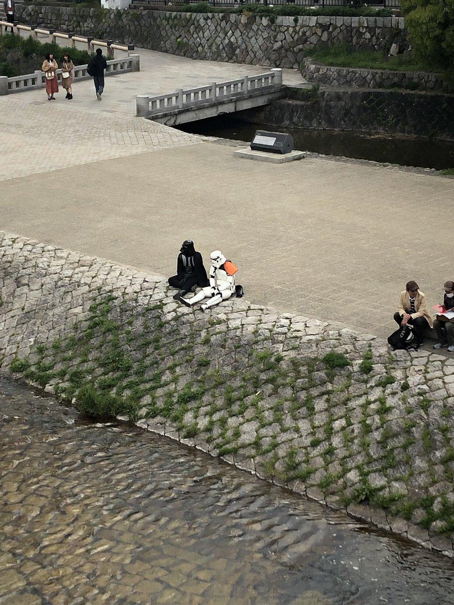 RT @osushi0914: 三条の河原にえらいカップルがおるw https://t.co/1Hz6jJyOGh