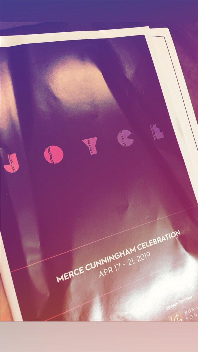 今日みてきたショー、日本人のダンサーさん出ていたのだけど、  西洋人の容姿には勝てなくても、そういうことを全部超えてて動きの一つ一つ正確で、舞台の上での存在が強くて、あぁ自分も脚の形が〜とか言い訳せずにもっともっと頑張ろう、と思った #joycetheater #cunningham #celebration #newyork