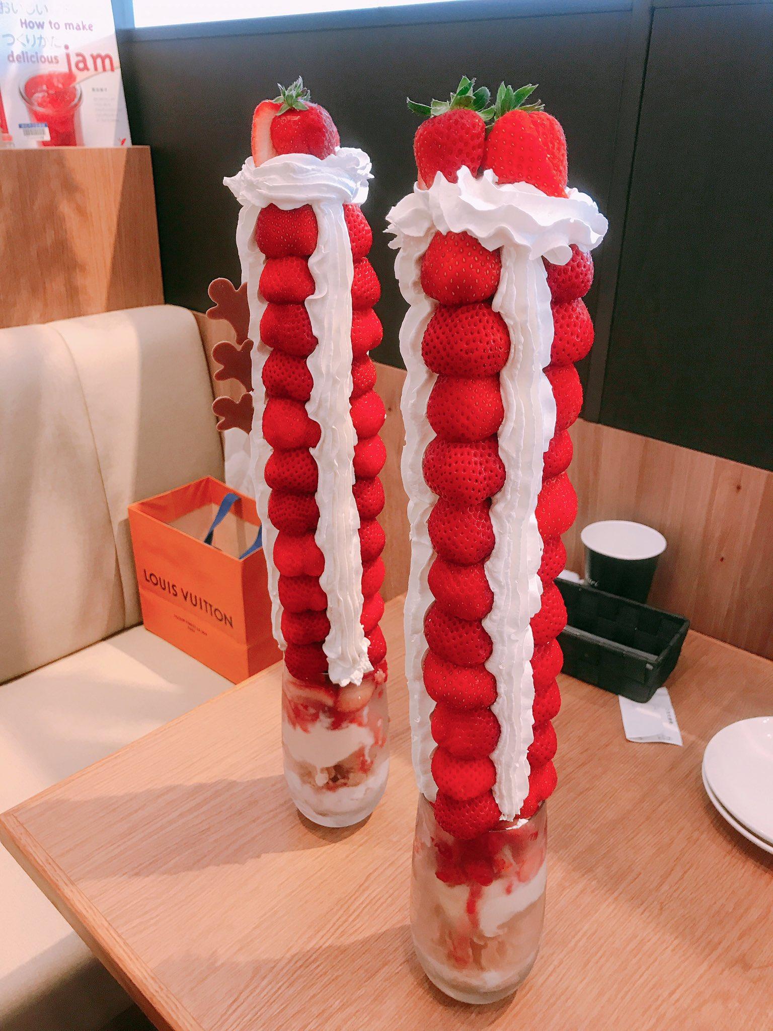 これが『マウントエベレスト 』だー!!<br>見ろー!見てくれー!ぐわー!!!<br><br>写真でもすごいけど、これがテーブルに運ばれてくると「やばい…やばい…」しか言えなくなります。大阪のカフェ、All day dining Hikariさんの山登りいちごパフェを食べてきました。