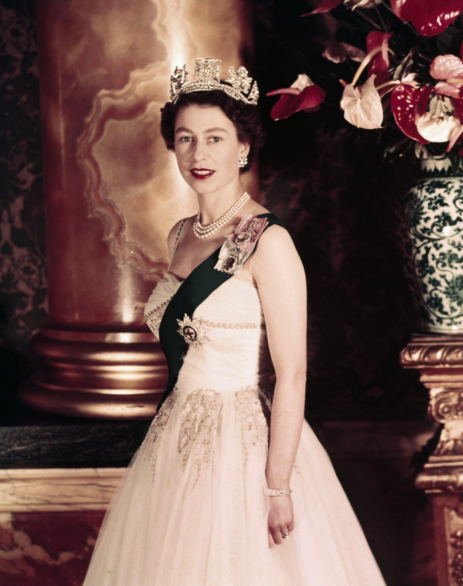 продажа монтаж королева великобритании елизавета фото молодость наряжаться пиратами, русалками