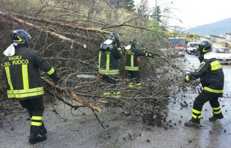 Forte vento di scirocco su Palermo, alberi su strada e incendi: Ustica isolata - https://t.co/uZScQJyJ4t #blogsicilianotizie