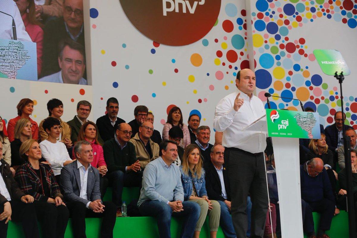 """.@andoniortuzar: """"Aurrera goaz. Gu, gure bidetik, paso a paso. Mi último mensaje es para @euzkogaztedi: sentid orgullo del partido en el que militáis, del camino hecho hasta ahora y poneos en cabeza de este movimiento. Merece la pena trabajar por Euskadi"""". #AberriEguna #A28"""