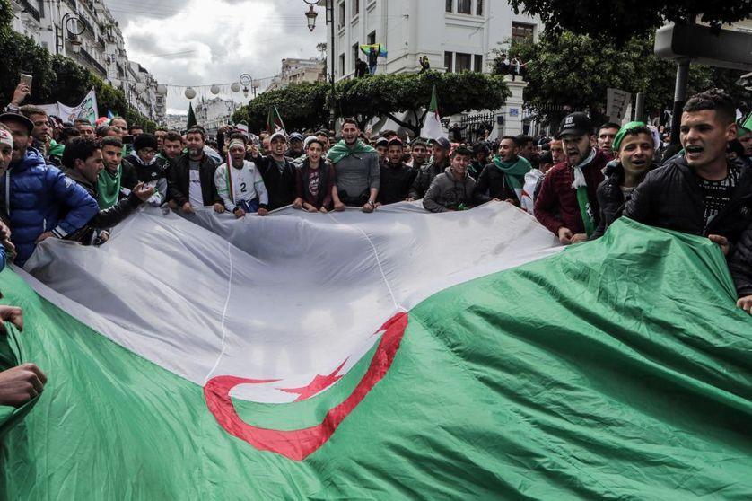Exploration musicale de l'Algérie depuis la fin des années 90, marquée par l'enlisement de sa jeunesse slalomant entre ennui, débrouille, football et hip-hop : de la peur à la contestation, les années Bouteflika 🎧 Réécoutez Juke-Box d'Amaury Chardeau https://www.franceculture.fr/emissions/juke-box/algerie-de-la-peur-a-la-contestation-les-annees-bouteflika?utm_medium=Social&utm_source=Twitter#Echobox=1555796052…