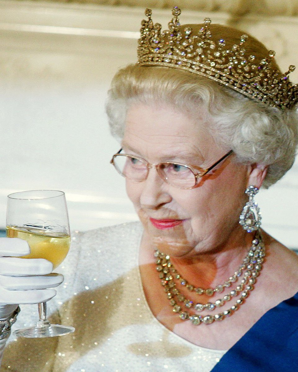 9b0760d26d2e2 queen elizabeth reportedly ends each day with a glass of champagne like the  true baller she