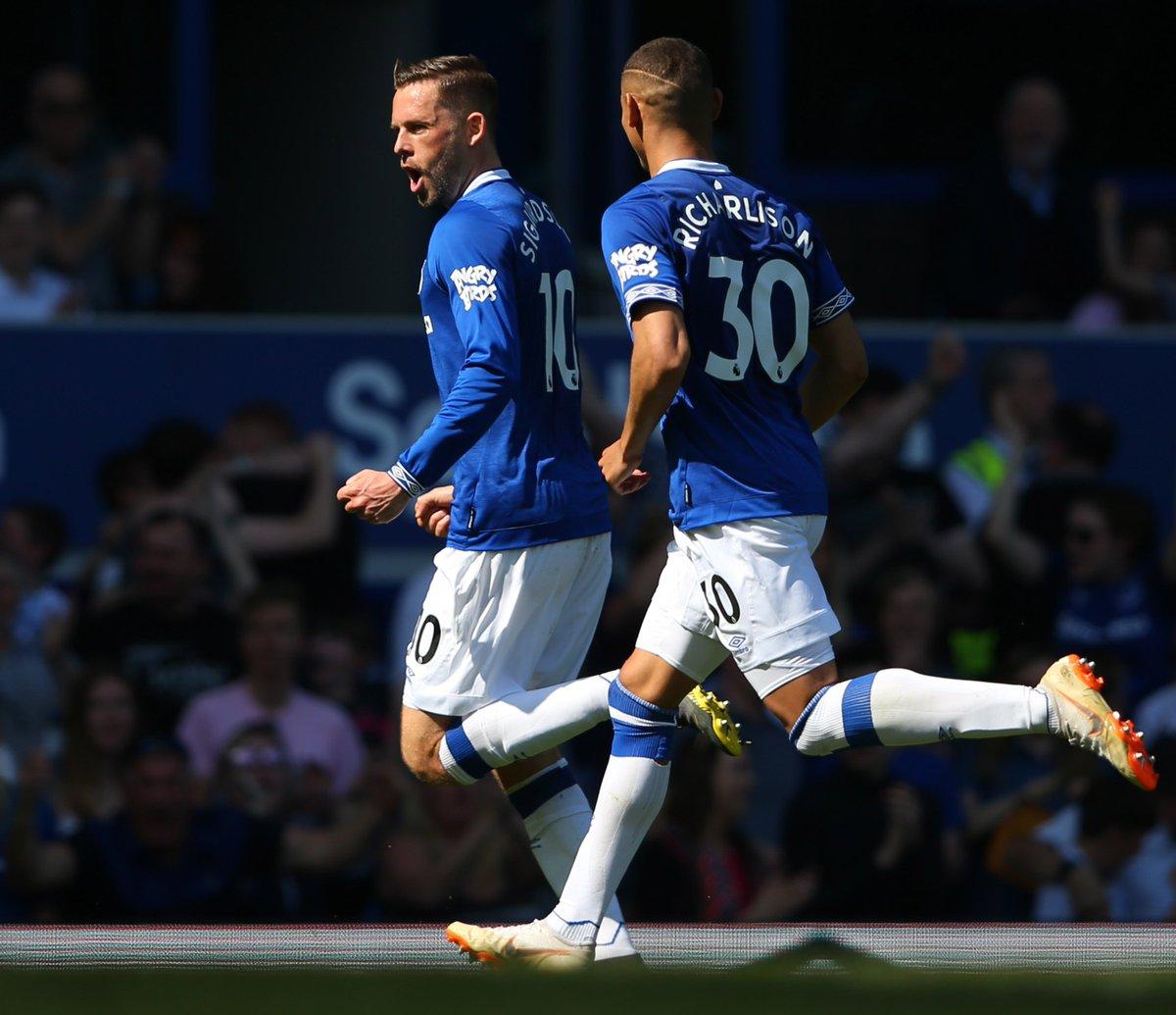Selebrasi pemain Everton Gylfi Sigurdsson (depan) usai membobol gawang David de Gea.