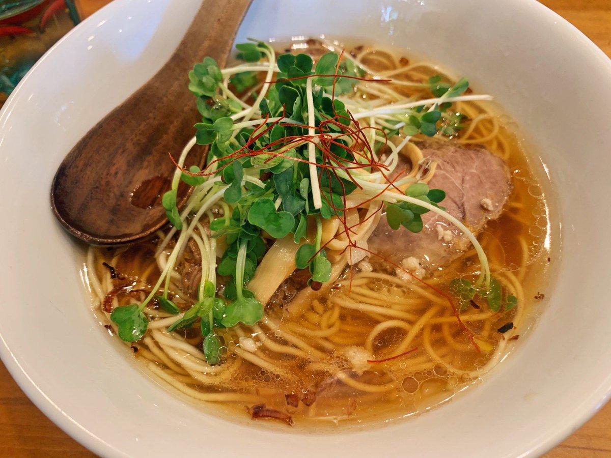 【麺屋Hulu-lu】@東京:池袋駅から徒歩8分香ばしい香りが広がる醤油SOBAを食べられるお店。運ばれてきた瞬間に香ばしさがわかる逸品で、ほんのり柚子の風味も香ります✨のどごし抜群のスープが麺に絡んで箸が進みます!行列ができる人気店です🎶