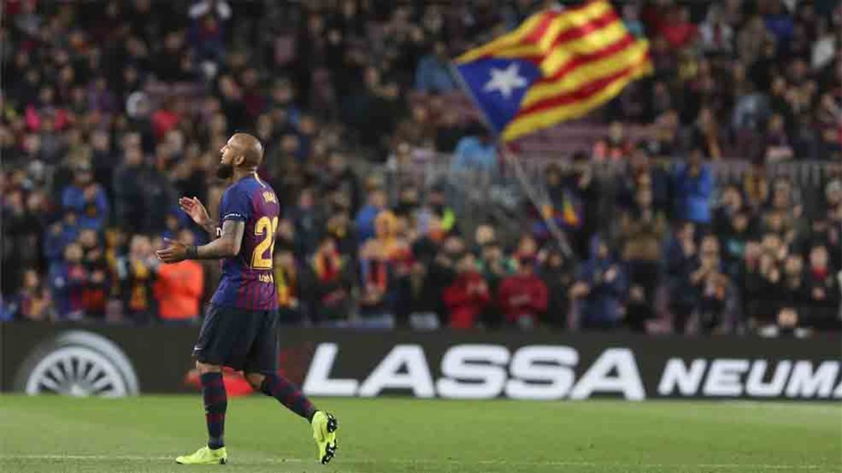 📰 [SPORT] | The reaction of Arturo Vidal to the ovation of the Camp Nou  🔶 Arturo Vidal was cheered by Barcelona fans at the Camp Nou.  🔷 The Chilean midfielder is already thinking about the remaining points to be LaLiga champions.