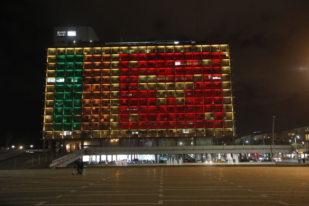 The building of the Tel Aviv municipality was lit tonight with a Sri Lanka flag in memory of the victims of the terrible terror attack. @ynetalerts   #srilanka #telaviv #Israel