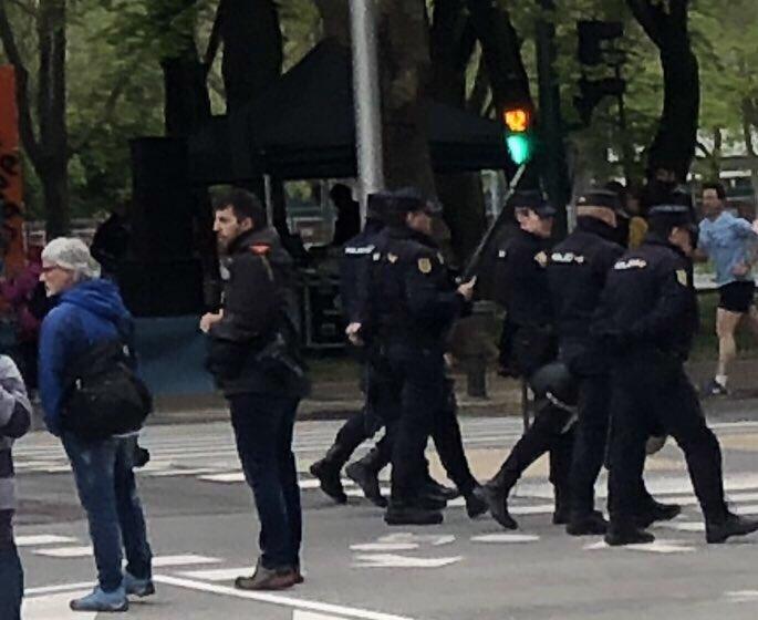 La presencia de decenas de agentes armados con material antidisturbios 👮🏻♂️ y de paisano 🕵🏻♂️ en una celebración festiva ha sido injustificada y atosigante.   Habrá que preguntar al Gobierno qué es lo que buscaba.