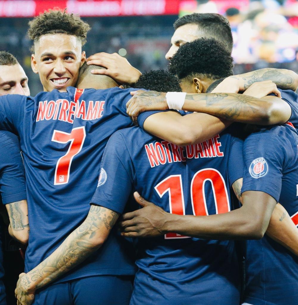 Pemain PSG mengenakan jersey