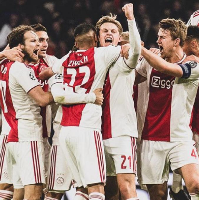 Ajax en la presente temporada: ✓ Líderes de la Eredivisie. ✓ Semifinalistas de UEFA Champions League. ✓ Finalistas de Copa de Holanda. ✓ Opción de triplete. ✓ 156 goles. ✓ 52 partidos. ✓ Solo han perdido 5 de 52 partidos. EQUIPAZAZO.