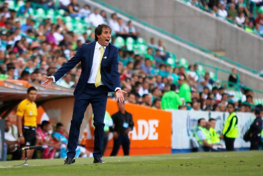 Guillermo Almada se puso corbata amarilla en homenaje a @barcelonaSC pese a que le dijeron que se ponga una corbata verde.