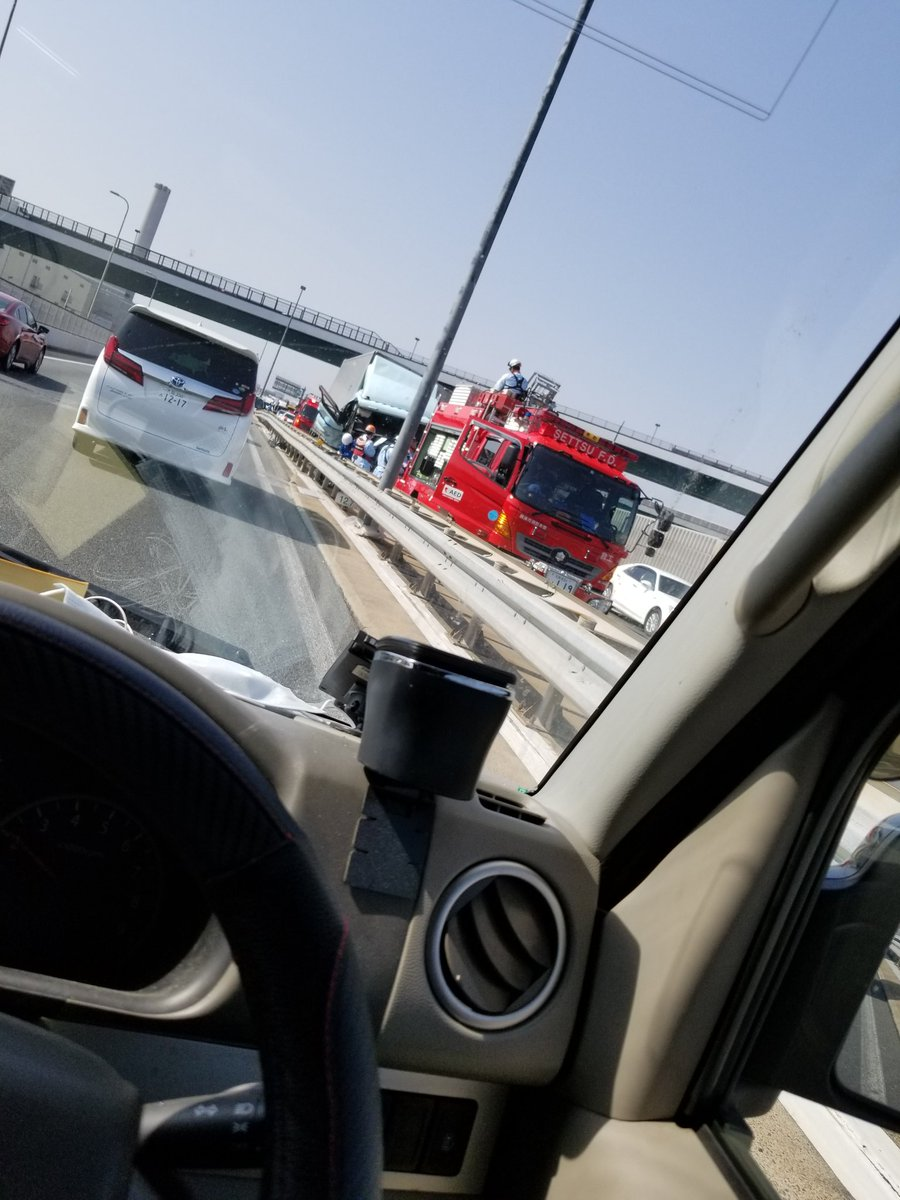 近畿道の門真JCT付近でトラックの衝突事故の現場画像