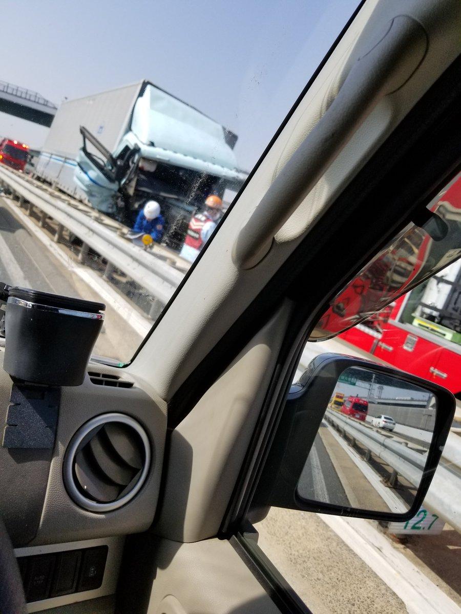 近畿道の事故でトラックの運転手を救護活動している画像