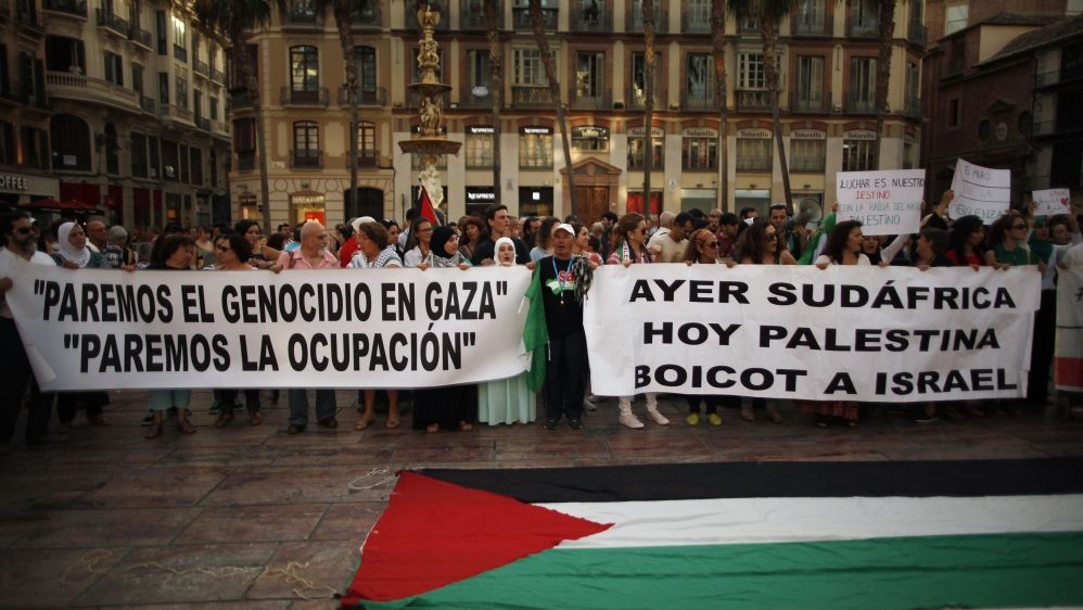 South African legal expert John Dugard says both South Africa & Palestine fit international law definition of apartheid.  But while European governments welcomed sanctions on South Africa, they're complicit in Israeli apartheid, criminalizing #BDS.  More: https://t.co/56eQOos4aU https://t.co/pXrG3NltsM
