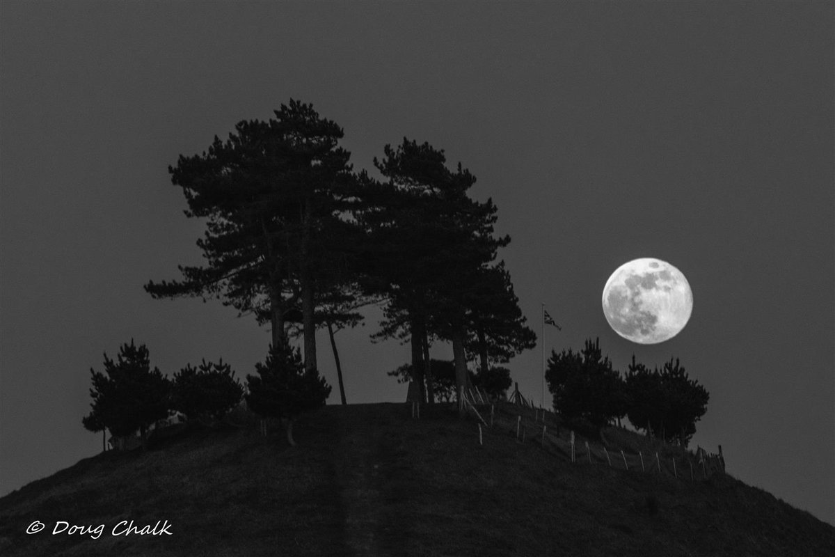 Monday Moono!  19th April, 2019, the big full moon by Colmer's Hill @DorsetAONB @ThePhotoHour @StormHour @ShutterNutters1 @AlvertonPhotos @lovefordorset @colmershill @VisitWestDorset @BridportWestBay @NewlandsHoliday @bridporttimes @SallysChateau @OPOTY @OandA_Dorset
